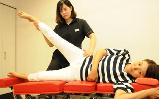 美容骨盤矯正で骨を正しい位置に整えることでウェストラインや、XO脚が改善し、嬉しい効果で現れます。イメージ
